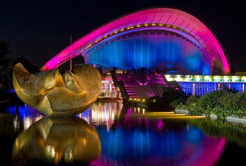 Casa das Culturas do Mundo à noite
