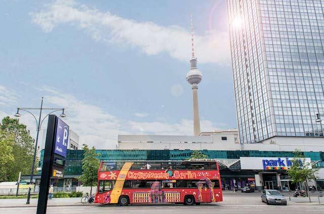 Ônibus turístico perto da Torre de Tv