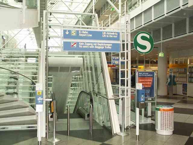 Indicação para pegar o trem no aeroporto de Munique