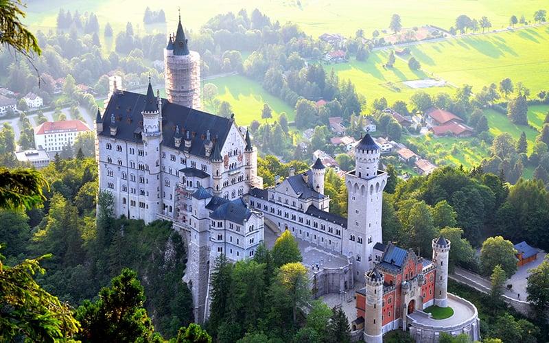 Vista aérea do Castelo Neuschwanstein na cidade de Füssen