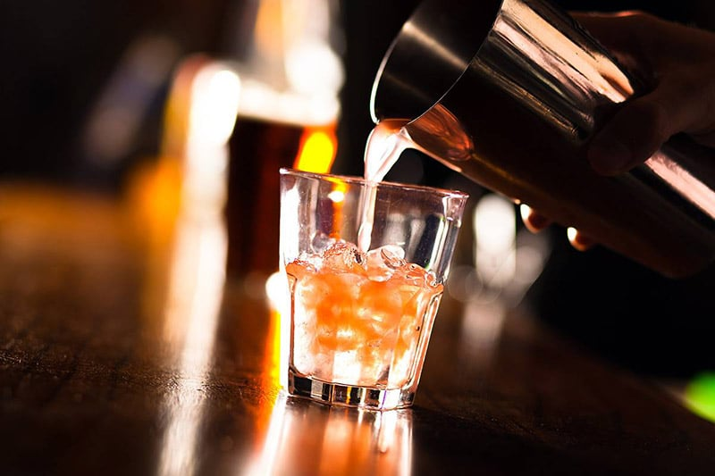 Drinks durante a excursão por bares e festas em Berlim
