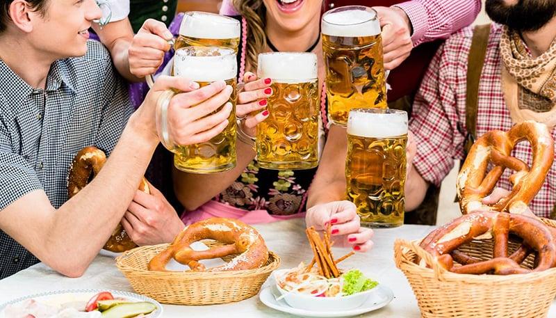 Cerveja e o tradicional Bretzel na Oktoberfest na Alemanha