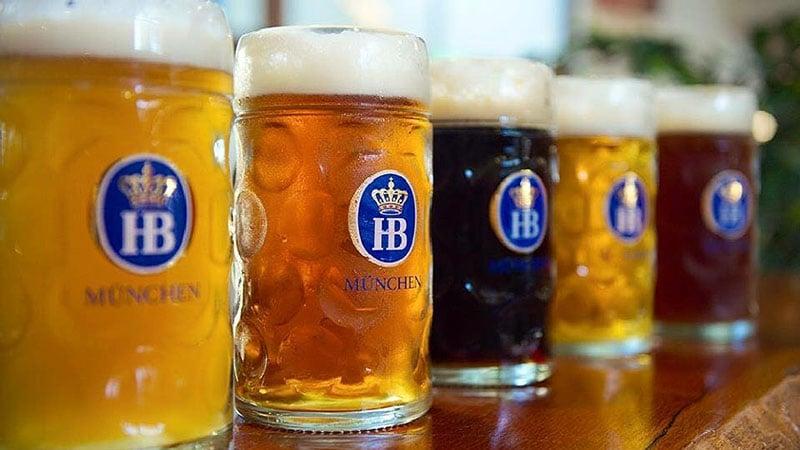Diferentes cervejas na Hofbräuhaus em Munique
