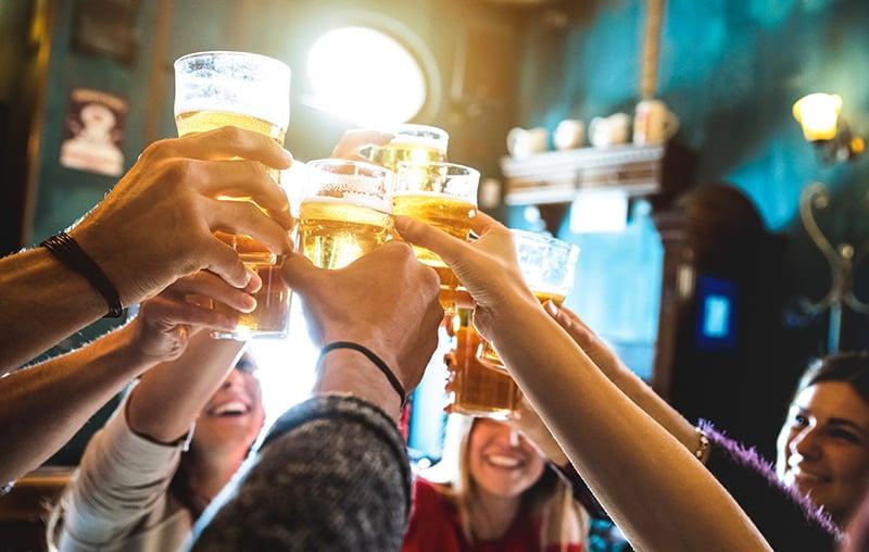 Brinde na excursão por bares e festas em Hamburgo