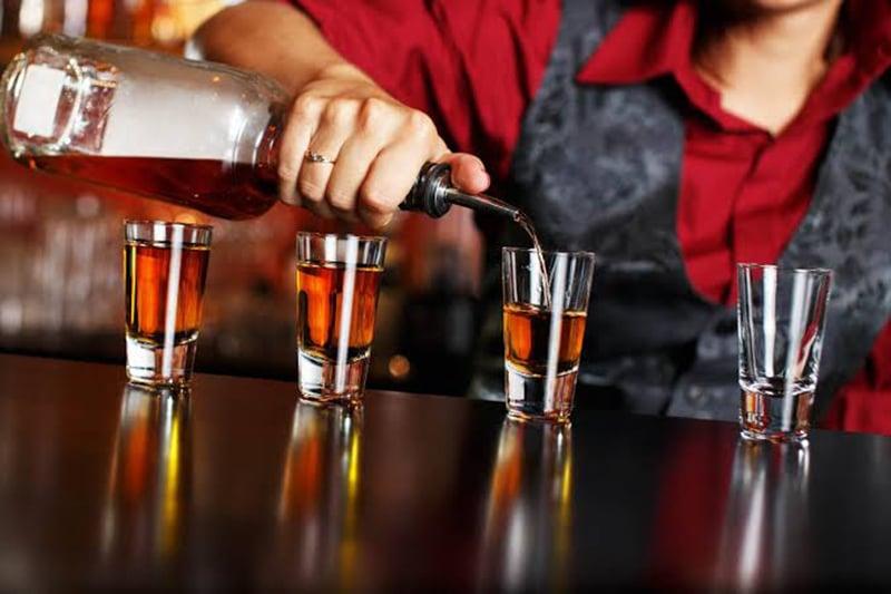Drinks na excursão por bares e festas em Hamburgo