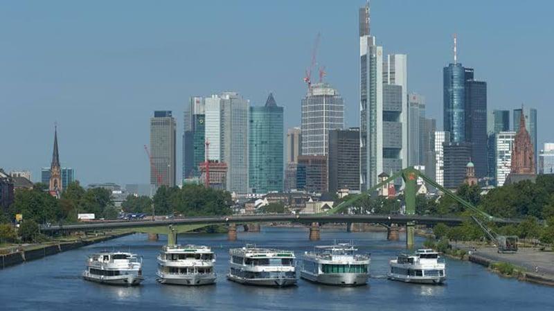 Embarcações pelo rio Meno em Frankfurt