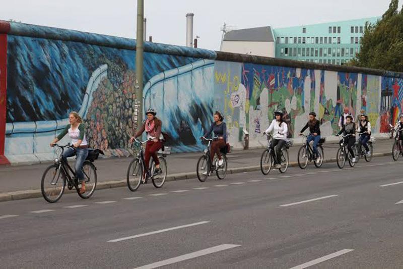 Pessoas utilizando bicicletas em Berlim