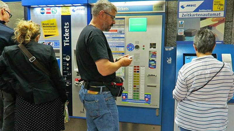 Cabines de compra de tickets no metrô em Munique